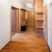 На данной фотографии мы стоим спиной к дверям двух комнат, а смотрим на открытую дверь в первую комнату, на закрытую в санузел, и прямо перед нами входная дверь в квартиру на Кутузовском проспекте 33