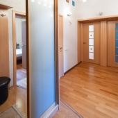 На данной фотографии мы стоим спиной ко входной двери, слева шкаф-купе, прямо напротив входы в 2 комнаты