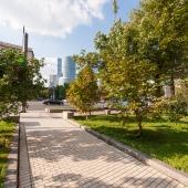 Поворачиваешься спиной к подъезду, смотришь туда, видишь Moscow-city на другой стороне Кутузовского