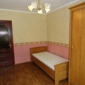 Кровать и шкаф - всё что нужно есть в этой комнате