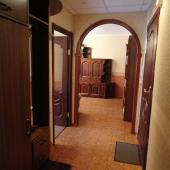 Коридор перед входной дверью и далее дверь в маленькую комнату, дверь в санузел и проход-арка в большую комнату