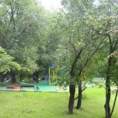 Во дворе находится детская площадка