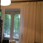 Окно кухни зарешечено и смотрит прямо во двор