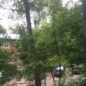 Из окна квартиры открывается неплохой вид во двор дома
