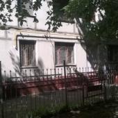 У дома есть такая железная ограда по периметру
