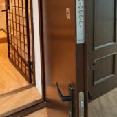 В эту комнату двойная дверь, вторая с решеткой, поэтому она называется оружейной.