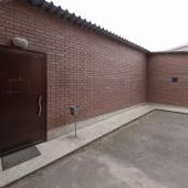 Это общая железная входная дверь. Плюс можно видеть небольшую площадку перед фасадом здания на ул. Комсомольская, д. 1