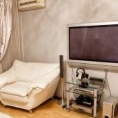 Рядом с ТВ есть шикарный диван кожаный