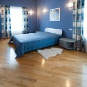 Очень стильная синяя комната. Находится напротив красно-белой комнаты.
