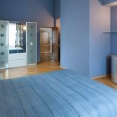 В синей комнате стоят космический серебряный шкаф и космическая тумбочка того же цвета