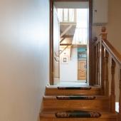 Поднимаешься по лестнице и попадаешь в бильярдную комнату
