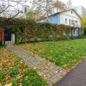 Это фотография дома на Приорова сбоку. Тут тоже есть калитка для посетителей.
