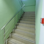 Лестница на второй этаж здания, которое продается на ул. Приорова, д. 24 стр. 2, Коптево