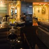 Супер фотография бокала на гладкой поверхности барной стойки