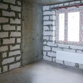 Сильных перепадов между стенами и потолками нет