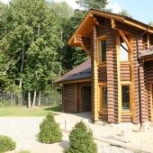 Гостевой дом и растительность рядом