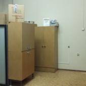 Остается кое-какая мебель по комнатам. Её можно будет забрать.
