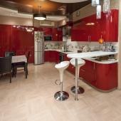 Кухонная зона просторна, оборудована современной мебелью. Находится квартира недалеко от Чертановских прудов.