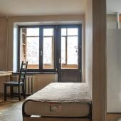 Так стеной разделена комната жилая и кухня