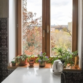 Стол простой у окна