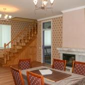 Двухэтажный дом в Москве в гостиной