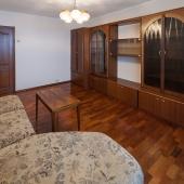 Вот тот диван в этой комнате. В ней минимум мебели, но жить (снимать) можно.