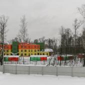 Во дворе видно, что там детский сад