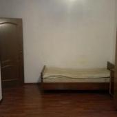 Есть кровать у стены - похоже квартиру сдавали