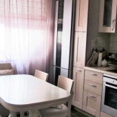 Как можете видеть, на кухне очень приличная мебель и техника