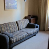 Напротив стенки есть диван, раскладной возможно