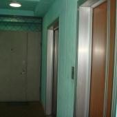 Общее пространство у лифтов закрывается на железную дверь и замок