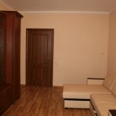 Дверь и мебель в квартире