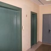 Общая стальная дверь и 2 лифта при выходе, МО, Трехгорка