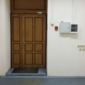 Около двери электросчетчик и пожарная сигнализация