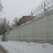 Забор проходит по всему периметру