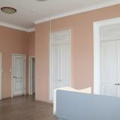 Здесь видны двери и скрытые шкафы в стены