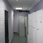 Здесь расположены шкафчики для одежды, личных вещей сотрудников