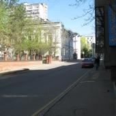 Это односторонняя улица ведет в сторону Садово-Сухаревской
