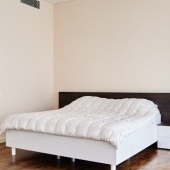 Шикарная кровать в этой спальне на Пресненской набережной