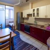 Там дальше стеклянные двери в помещение за кухней, там дополнительное спальное место