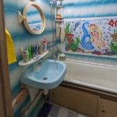 Ванная комната оформлена в такой вот плитке