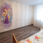 На стене рисунок для детей