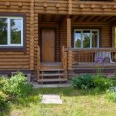 Вид у входа в дом