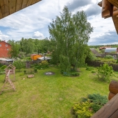 Вид на соседей и соседние дома с балкона