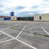 Фото, показывающее огромную парковку перед автосалоном