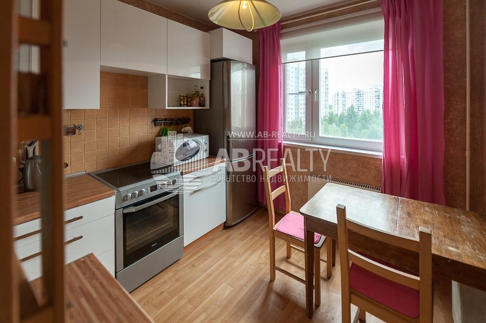 Уютная кухня со всей необходимой бытовой техникой