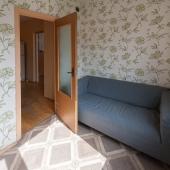 У стены небольшой диван