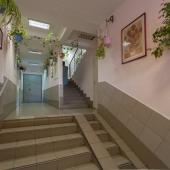 Выход из подъезда квартиры в доме на ул. Островитянова 5к1.