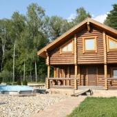 У одного из домов строится летний открытый бассейн