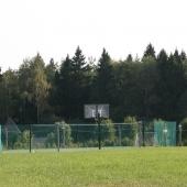 Неподалеку расположилась баскетбольная площадка